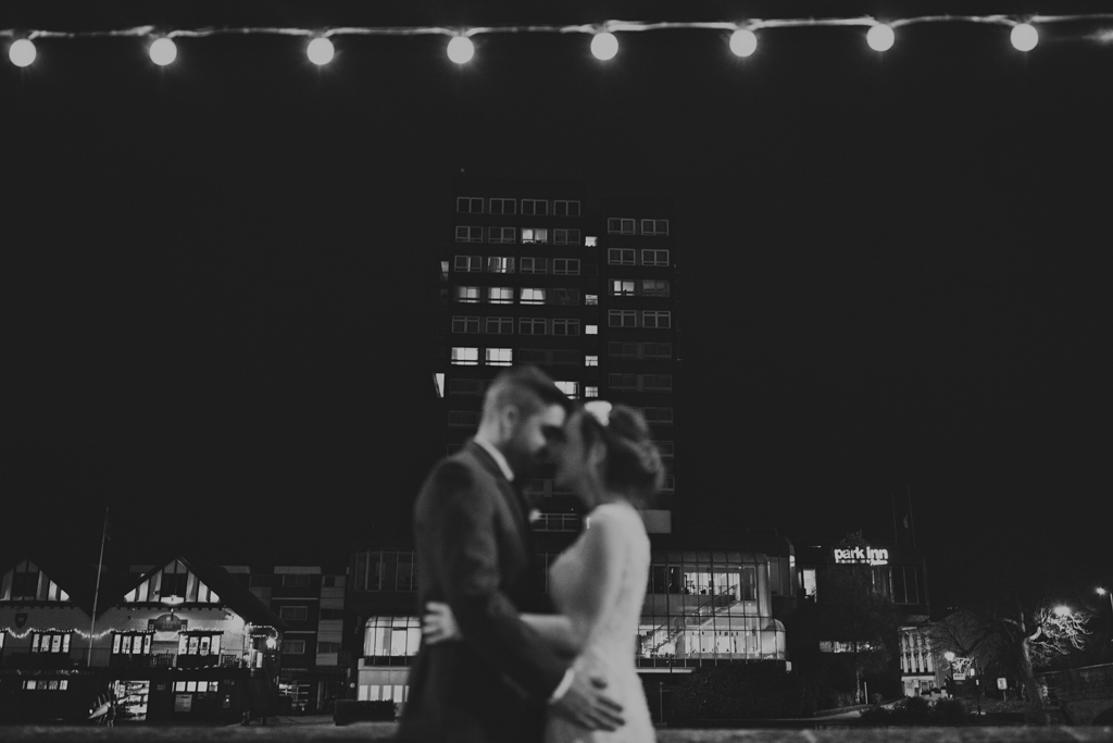 Modern black and white weding photography - Winter wedding portraits