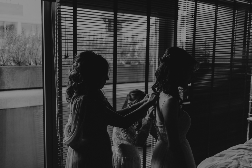 bride getting ready in Shoreditch by Lisa Jane Photography